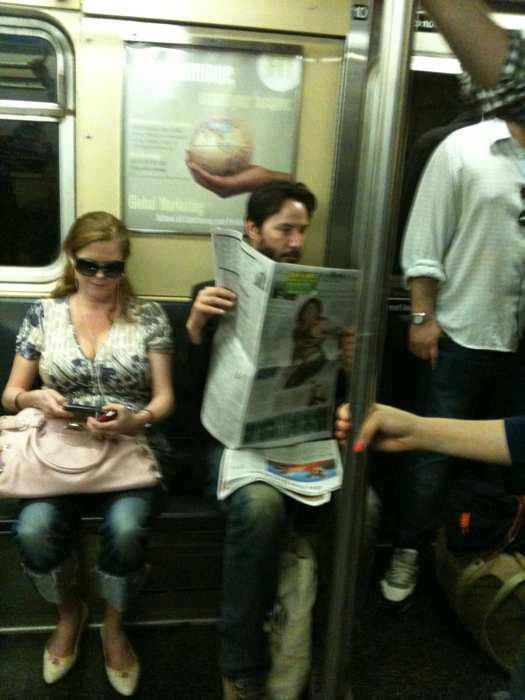 Esse-cara-lendo-jornal-tranquilamente-num-metro-se-chama-Keanu-Reeves
