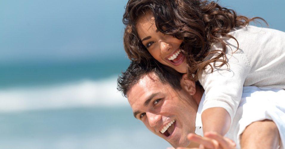 midia-indoor-casal-uniao-diversao-ferias-namoro-paixao-comportamento-feliz-praia-mar-sorriso-viagem-casamento-lua-de-mel-passeio-romantico-amor-abraco-carinho-estilo-natureza-1271790010110_9