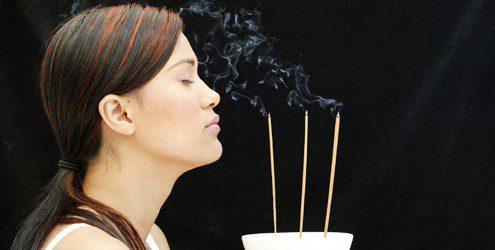 Ãromaterapia- mulher com incenso