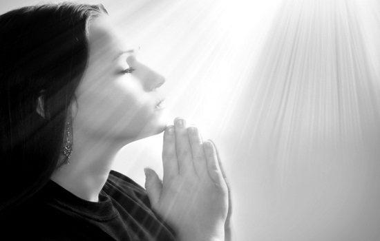 mulher-rezando-materia