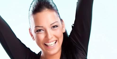 mulher-sorrindo-braco-levantado-7795