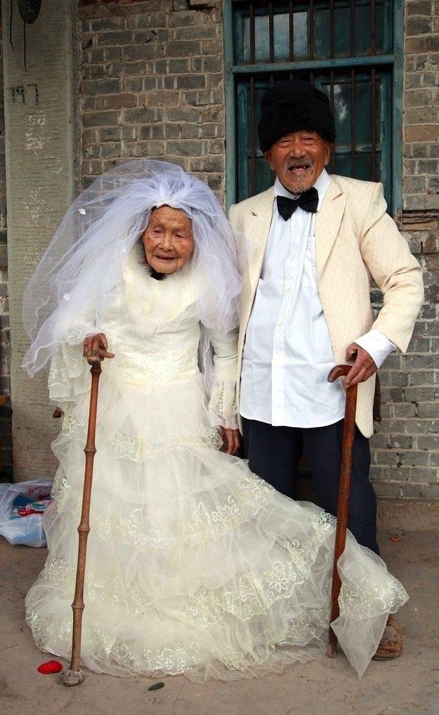 A primeira foto de casamento que Wu Conghan e a sua esposa, Wu Songshi, conseguiram tirar depois de terem se casado 88 anos atrás.