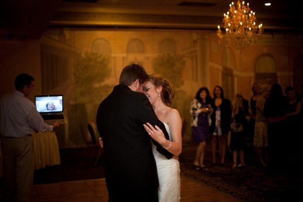 Uma mãe com um doença terminal assiste o casamento da sua filha através do Skype.