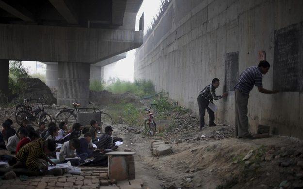 Crianças desabrigadas e empobrecidas em Nova Deli, na Índia, recebem educação de graça de dois professores voluntários.