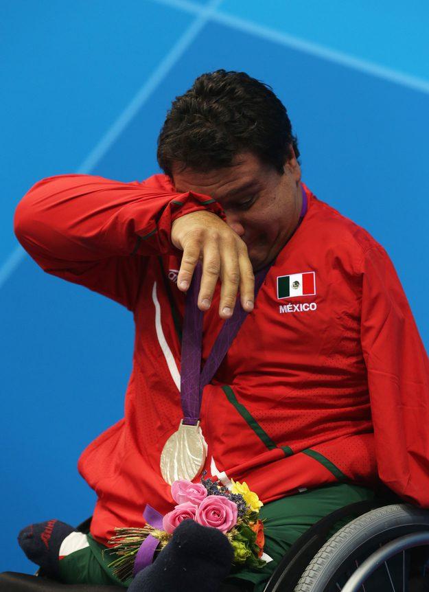 Arnulfo Castorena depois de ganhar a sua primeira medalha de ouro na natação pelo México nas Paraolimpíadas.