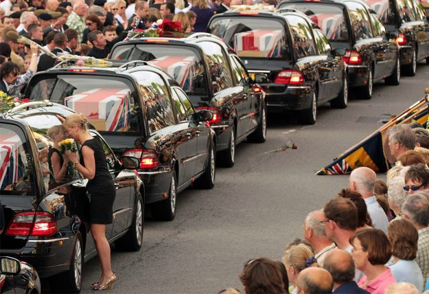 Helen Fisher beija o carro fúnebre levando o corpo do seu primo de 20 anos, o Soldado Douglas Halliday, enquanto o mesmo chega para o funeral em Wotton Basset, na Inglaterra.