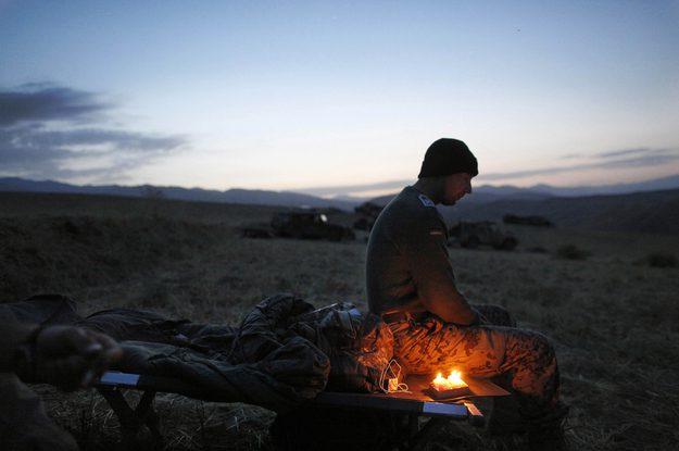 Um soldado alemão celebra solenemente o seu aniversário na planícies do Afeganistão.