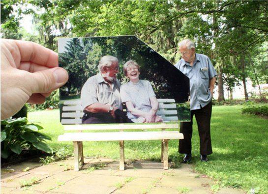 Um homem lembrando dos momentos que ele passou com a sua esposa nesse banco.