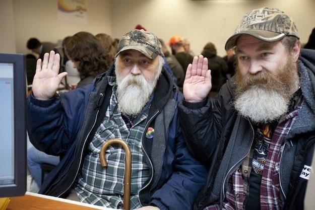 Dois homens se casam em Washington após o estado legalizar o casamento gay.