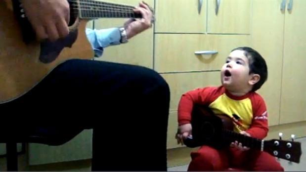 cnt472559 h348 w619 aNoChange menino de 1 ano e 11 meses surpreende ao cantar beatles veja