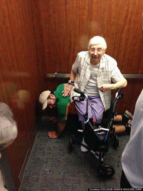 Este homem oferecendo um assento confortável quando o elevador ficou preso:
