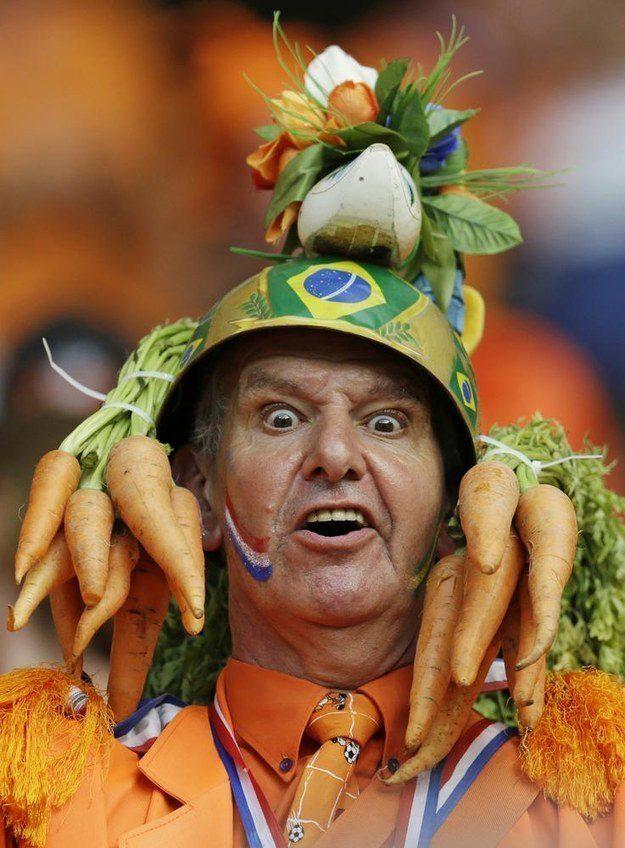 4° lugar: um capacete, um arranjo de flores artificiais e umas cenouras de verdade.