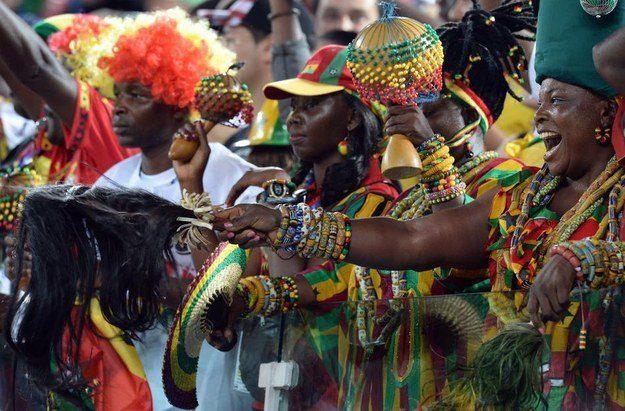 5° lugar: torcedores de Gana vestindo quilos de penduricalhos.