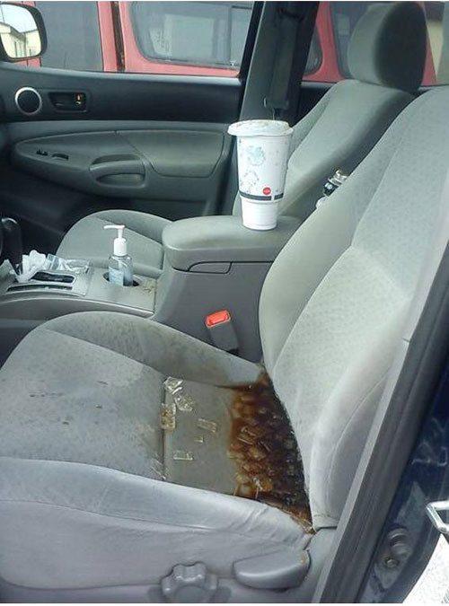 Alguém acabou de descobrir um novo lago em seu assento da frente.