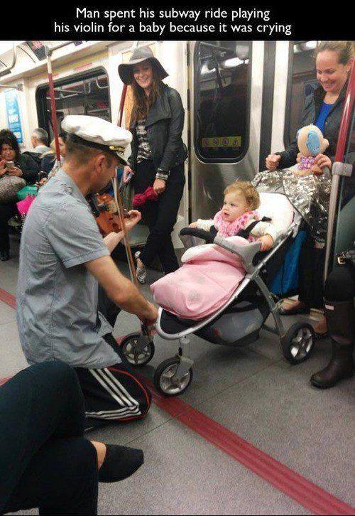 Este homem consolando um bebê: