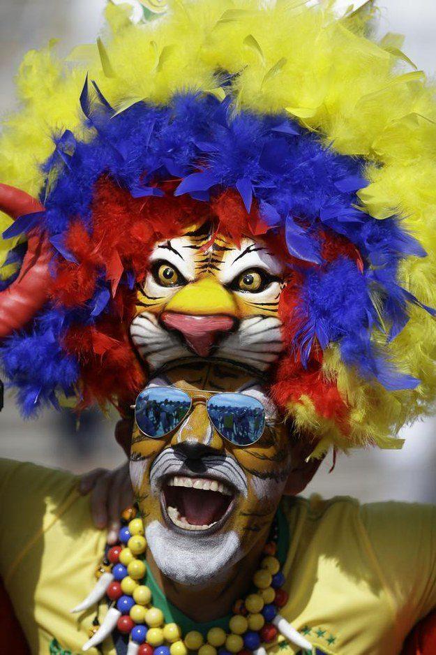 5° lugar: um leão colorido lindo, com uma juba feita de plumas mais coloridas ainda.