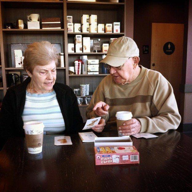 O homem que está ensinando o alfabeto à sua namorada depois dela ter perdido a memória: