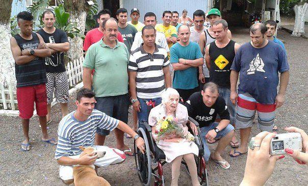 A mulher de 102 anos que vivia com 63 presos , sendo que um deles era seu cuidador.