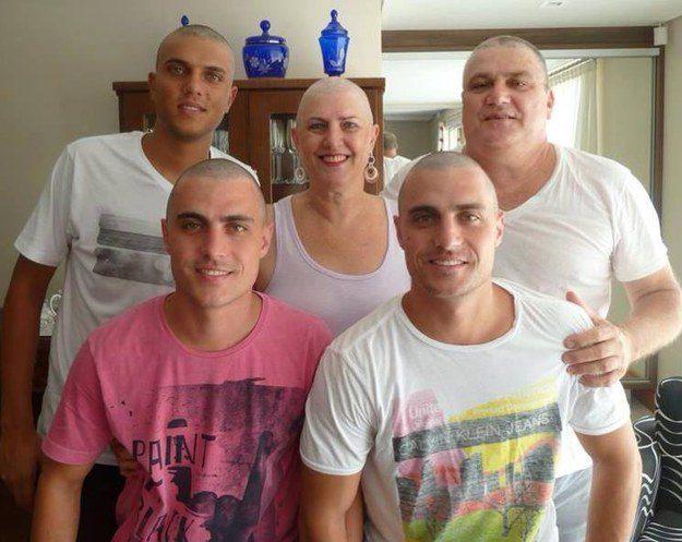Este marido e estes três filhos, que rasparam o cabelo para apoiar a mãe quando ela começou a quimioterapia .