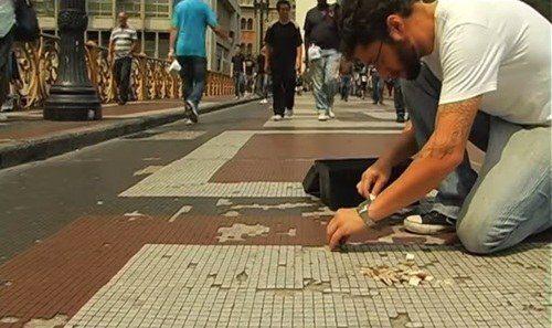 Os amigos que consertam calçadas, lixeiras e placas em São Paulo .