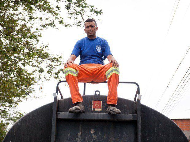 Este motorista de caminhão pipa, que decidiu desviar a rota do trabalho para levar água a um bairro que estava sem água há quatro dias.