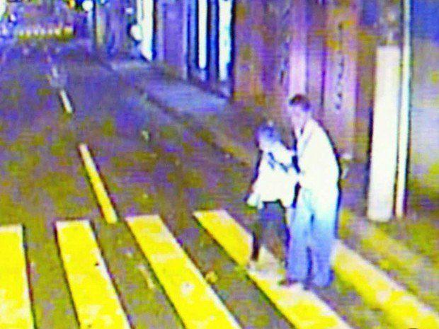 O motorista de ônibus que desceu do volante para ajudar uma senhora a atravessar a rua .