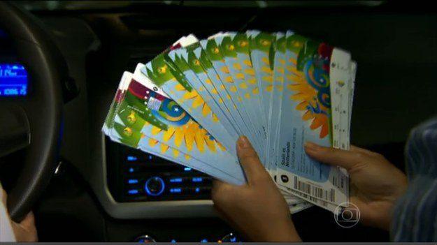 Este outro taxista que devolveu 40 ingressos da Copa esquecidos por turistas mexicanos no seu táxi.