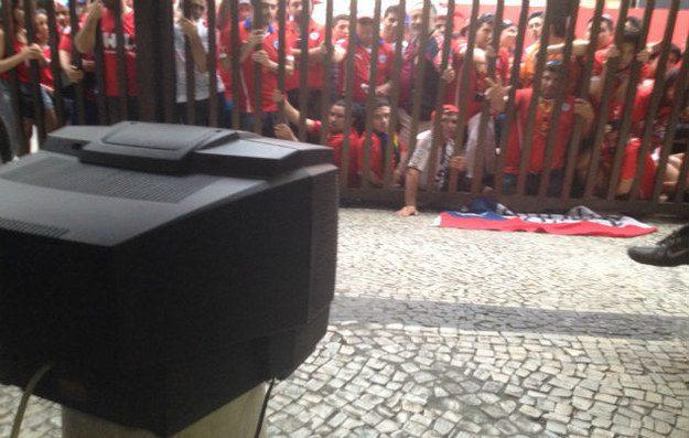 Este porteiro, que dividiu uma TV de 14 polegadas com 50 chilenos sem ingresso para a partida do Chile contra a Espanha.