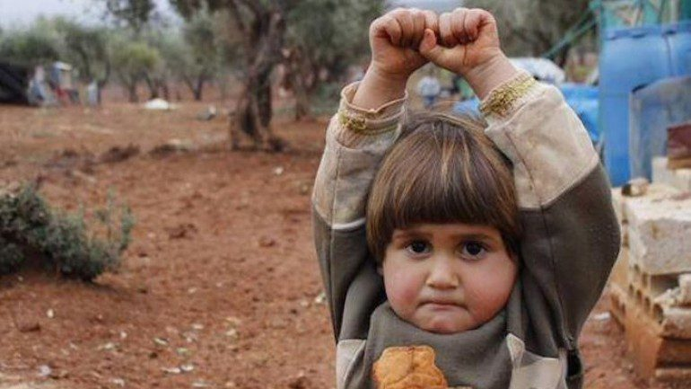 menina siria confunde maquina de fotos com arma e se rende