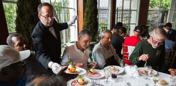 garcom-serve-sobremesa-a-convidados-durante-almoco-oferecido-pelo-bilionario-chines-chen-guangbiao-a-pessoas-carentes-em-nova-york-nos-eua-1403726264162_615x300