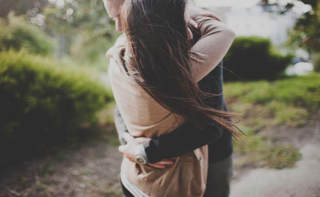 há que abraços que arrepiam a pele e recarregam o