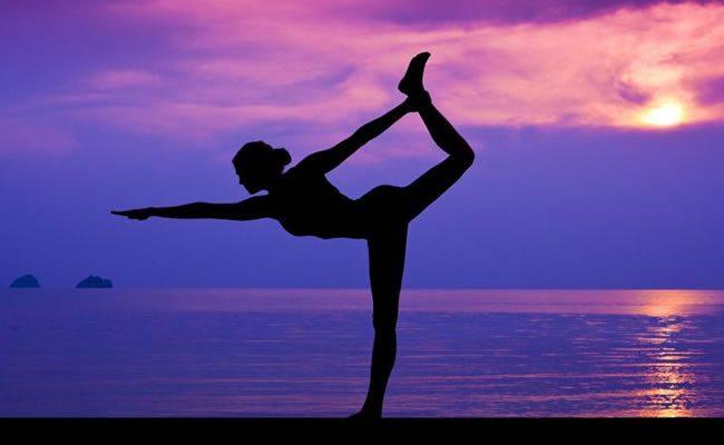 4 poses yoga para postura perfeita se você fica