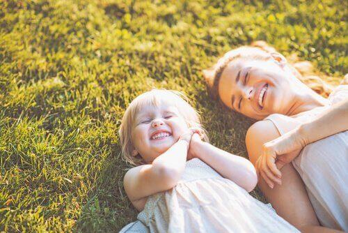 Hija-y-madre-sonriendo