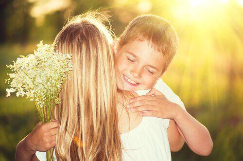 Madre-abrazando-a-su-hijo-con-ramo-de-flores