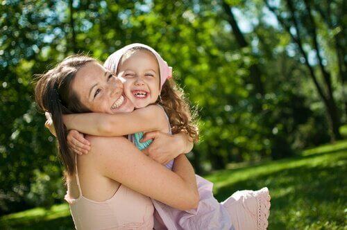 Madre-abrazando-niña-sonriendo