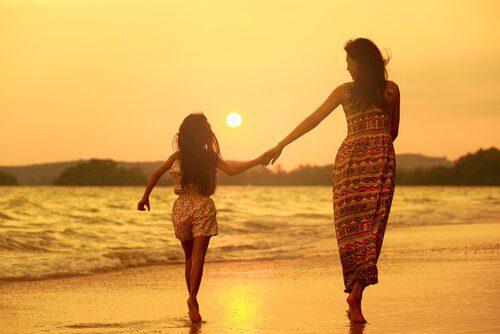 madre-e-hija-paseando-en-la-playa