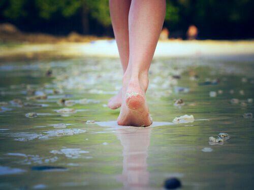 mujer-caminando-sobre-playa