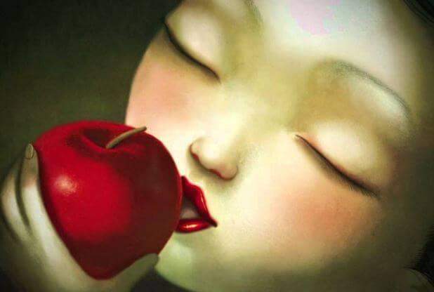 mujer-mordiendo-una-manzana