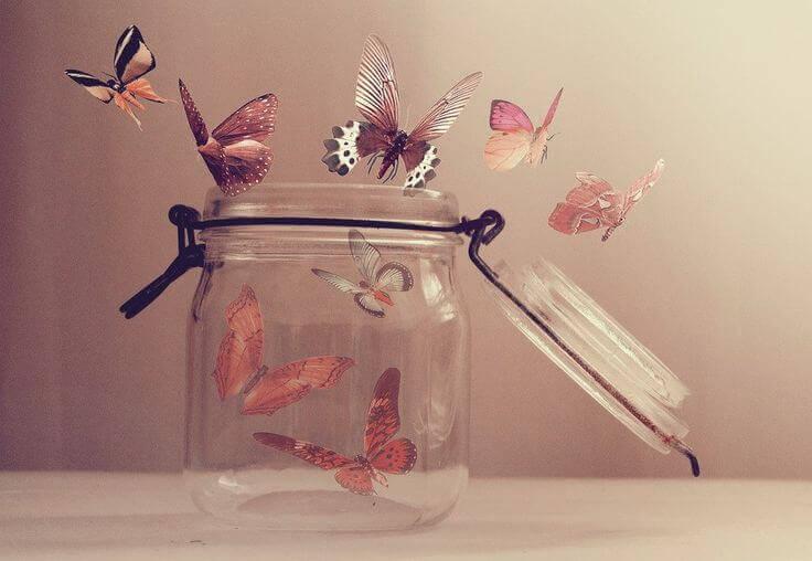 bote-cristal-con-mariposas-saliendo-1