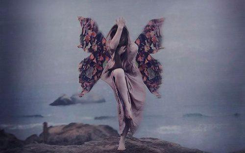 mulher-com-asas-voa-sobre-abismo-500x313