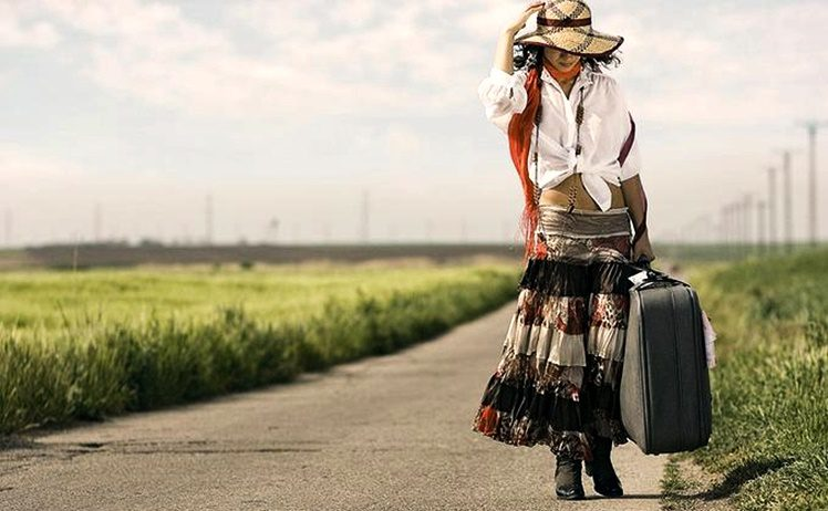mulher andando pela estrada com mala na mc3a3o 1 thumb 800x533 119633