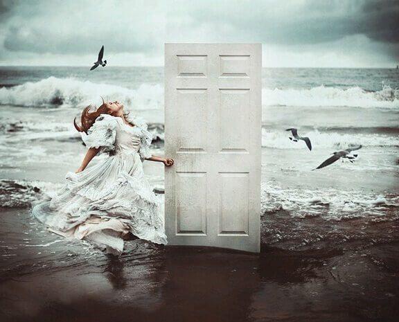 mulher-na-praia-abrindo-uma-porta