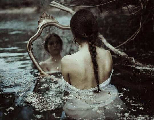 triste-espelho