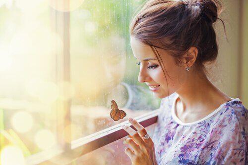 Mulher-observando-uma-borboleta