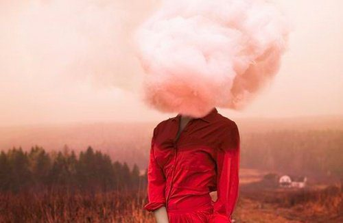 mulher-com-nuvem-na-cabeça-500x326
