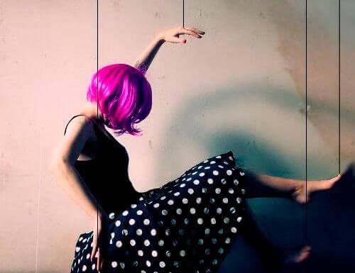 mulher-com-peruca-rosa-500x385