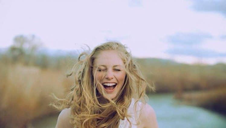 aprenda-a-rir-de-si-mesmo-para-cantar-e-dancar-mesmo-sob-a-chuva-capa-e-dentro