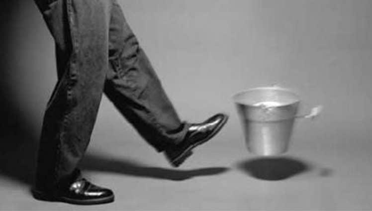Chutar o balde todo mundo chuta. Difícil é pegar a vassoura e ajudar na casa.