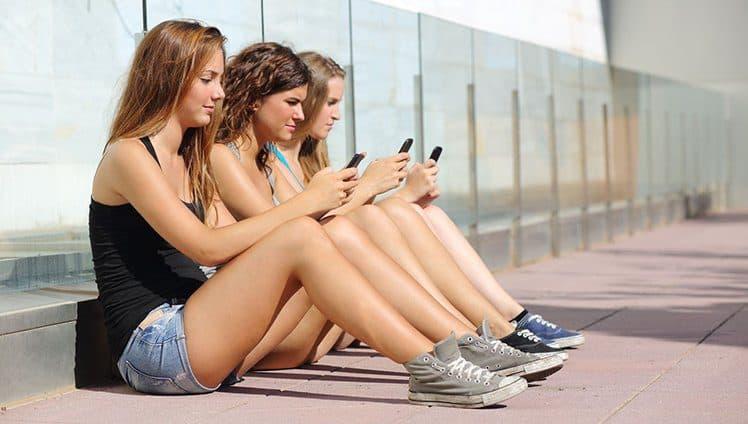 Tão perto e tão distante os relacionamentos e a internet. O que as redes sociais estão fazendo com a nossa vida.