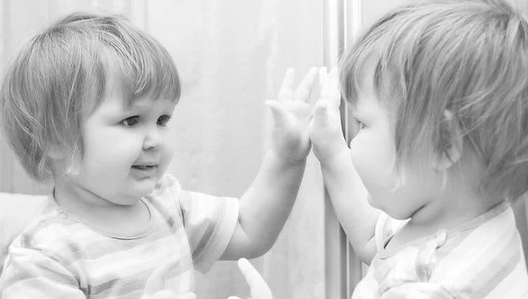 A infância nunca morre Fica guardada como todas as preciosidades dentro do baú mais precioso o nosso coração
